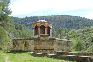 Edificio sobre el nacimiento del río Molinar