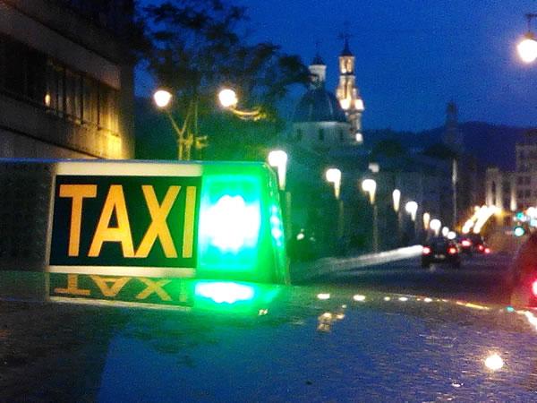 imagen de un taxi en Alcoy con la luz verde de libre