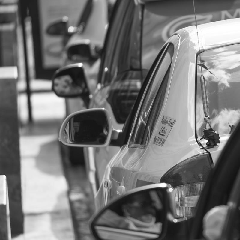 taxis a la espera en la parada